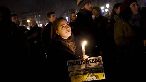 Je suis Charlie -lause nousi kantavaksi teemaksi tukimielenosoituksissa Charlie Hebdo -lehteen tehdyn iskun jälkeen ympäri maailman. Kuva Pariisista Ranskasta tammikuulta, jolloin tukimielenosoituksia järjestettiin useissa maailman kaupungeissa.