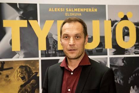 Ohjaaja Aleksi Salmenperän aiempia elokuvia ovat olleet muun muassa Miehen työ (2007), Paha perhe (2010), Häiriötekijä (2015) ja Jättiläinen (2016).