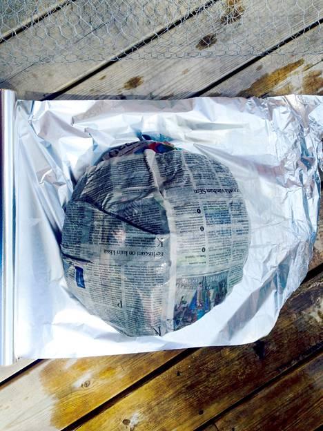 Kääri paisti tiukasti voipaperiin, sanomalehteen ja folioon. Tee nyytistä mahdollisimman tiukka.