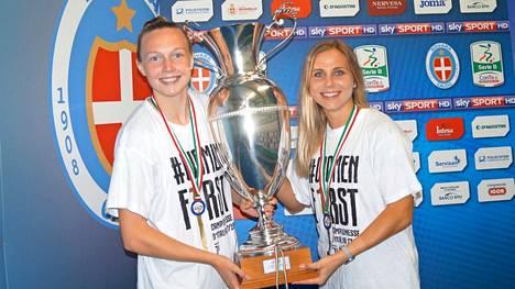 Tuija Hyyrynen (oik.) juhli Italian mestaruutta 2018. Tuolloin Juventuksessa pelasi myös Sanni Franssi.