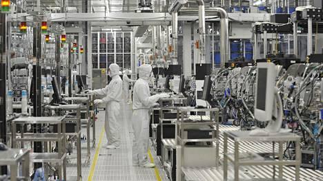 Siruvalmistaja Renesasin tuotantolinjaa Japanin Hitachinakassa.