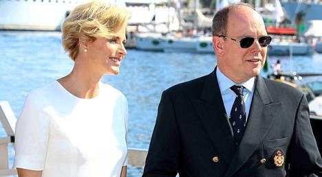 Monacon ruhtinatar Charlene edusti miehensä, ruhtinas Albertin rinnalla jahtiklubin avajaisissa Monacossa.