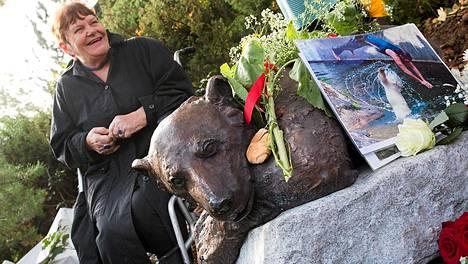 Knut-jääkarhu sai muistopatsaan Berliinin eläintarhaan. Kuvassa patsaan vieressä istuu Erika Dörflein, joka on Knutin edesmenneen eläintarhan hoitajan äiti.