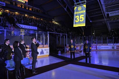 Petri Vehasen pelinumero 35 nostettiin Äijänsuon jäähallin kattoon.