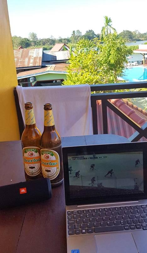 Den glider in! Kisastudio Don Detillä Laosissa. – Kultajuhlat alkoivat omalta parvekkeelta ja jatkuivat ympäri saaren yhdessä noin 10 suomalaisen lätkäfanin kanssa.