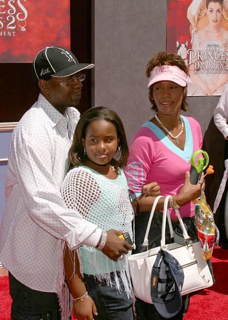 Brownin ja Houstonin perhe-elämä oli lähipiirin mukaan päihteiden värittämää. Kuvassa Whitney, Bobby ja Bobbi Kristina parempina aikoina vuonna 2004.