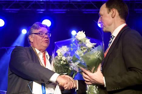 Perussuomalaisten silloinen väistyvä puheenjohtaja Timo Soini (vas.) ja uudeksi puheenjohtajaksi valittu Jussi Halla-aho perussuomalaisten puoluekokouksessa Jyväskylässä 10. kesäkuuta 2017.