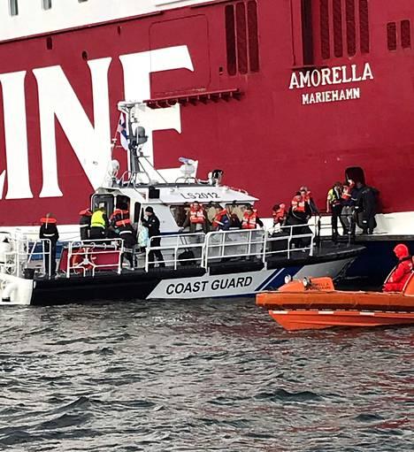 Paikalle tuli useita aluksia evakuoimaan matkustajia.