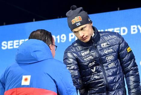 Niskanen otti vastaan kisajärjestäjän myöntämän palkinnon.