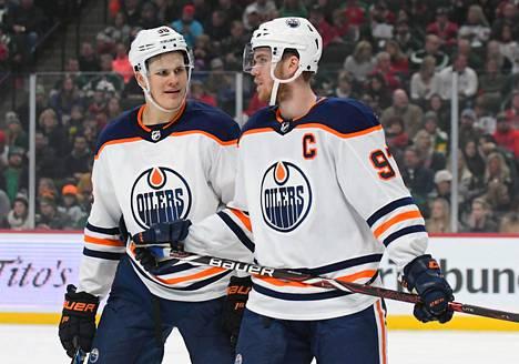 Puljujärvi ja Edmonton Oilersin kapteeni Connor McDavid.