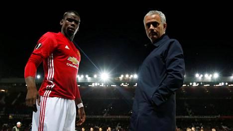 Paul Pogba (vas.) ja Jose Mourinho