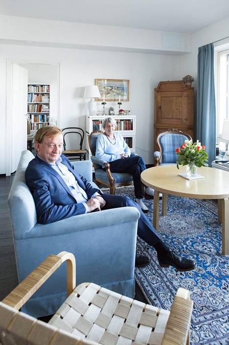 –Kun Hjallis tulee tänne, se menee usein makaamaan sohvalle, jos Hjalliksen pojat eivät ole jo siinä, Doris Harkimo kertoo.