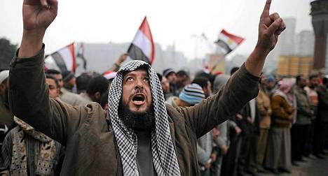 Mielenosoittajat haluavat yhä Mubarakin päästävän irti vallasta.
