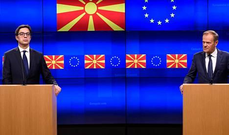 EU:ssa on vahvaa ristivetoa Albanian ja Pohjois-Makedonian jäsenyyshakemusten suhteen. Eurooppa-neuvoston puheenjohtaja Donald Tuskin (oik.) mukaan kaikki jäsenmaat eivät ole valmistautuneet tekemään päätöstä neuvotteluiden avaamisesta lähipäivinä. Vasemmalla Pohjois-Makedonian presidentti Stevo Pendarovski.