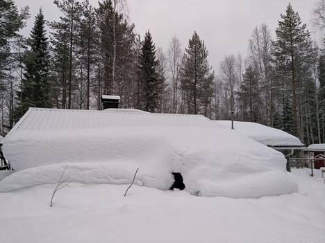 –Mökki on lumen takana piilossa. Suomussalmella on paljon lunta.