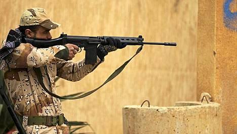 Libya on tarjonnut kapinallisten puolelle loikanneille sotilaille armahdusta, jos he antautuvat. Kuva sunnuntain taisteluista Benghazista.
