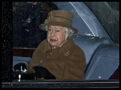 Kuningatar Elisabet kävi jumalanpalveluksessa sunnuntaina, päivää ennen kriisikokousta.