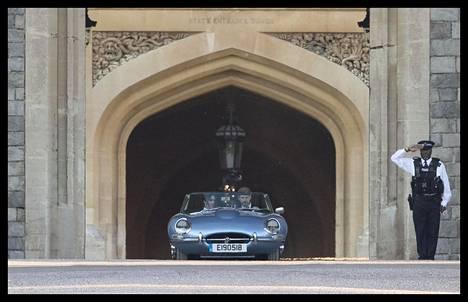Kuin James Bondista! Harry hyppäsi kuskin paikalle, kun hääpari lähti lounaalta juhlapaikalle. Kuvat poistuvasta hääparista toivat monen mieleen kuuluisien James Bond -elokuvien tunnelmat. Hääjatkoja vietettiin Frogmore Housessa pitkälle yöhön 200 lähimmän vieraan voimin.