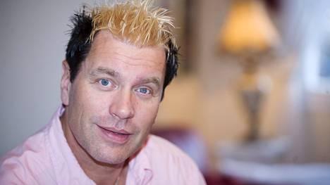 Tauski Peltonen luotti vuonna 2008 kaksiväriseen, haisunäädän väritystä muistuttavaan hiustyyliin.