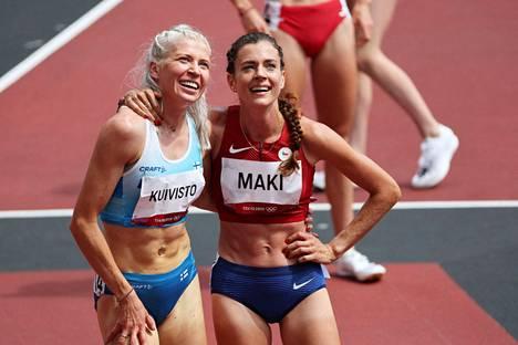 Sara Kuivisto ja Kristiina Mäki katsoivat tulostaululta loppuaikojaan 1500 metrin alkuerässä.
