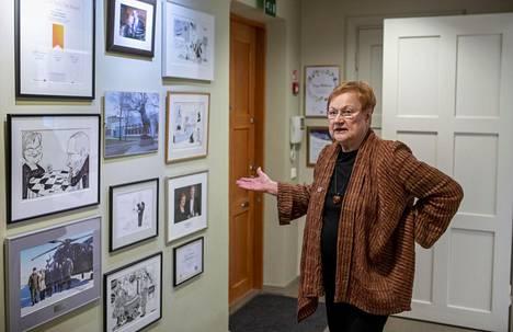 Presidentti Tarja Halosen toimiston seinää koristaa muistoja uran varrelta.