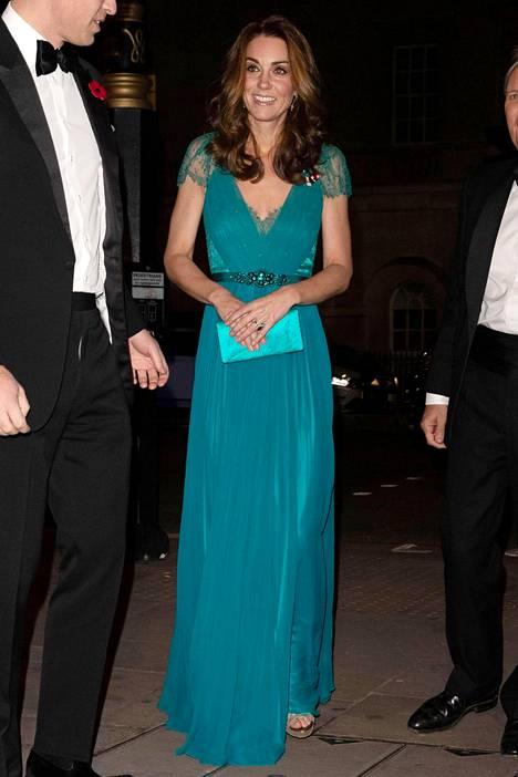 Catherinella on usein edustustilaisuuksissa mukanaan pieni kirjekuorilaukku. Kuva marraskuulta Lontoosta.