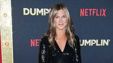 Jennifer Anistonin luottoväri musta pukee naista yhä viidenkympin rajan ylityksen jälkeen.