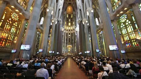 Maailmankuulu Sagrada Familia -kirkko täyttyi surijoista.