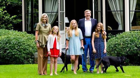 Alankomaiden kuningas Willem-Alexanderin perheeseen kuuluu kaksi mustaa labradorinoutajaa. Kuva on otettu vuonna 2016.