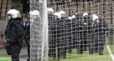 Ratsupoliiseja ja partioita – Helsingin poliisi varautuu räjähdysherkkään urheiluiltaan