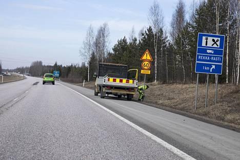 Kolmostiellä vaihdettiin perjantaina myös liikennemerkkejä.