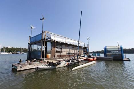 Asuntolautta on ollut Puotilan satamassa jo yli kymmenen vuotta.