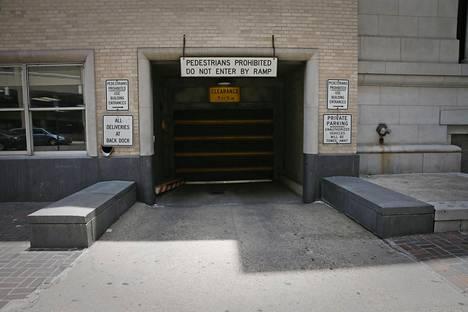 Paikka, jossa Jack Ruby ampui Oswaldin. Sisäänkäynti sisäpihalle, jossa ammunta tapahtui.