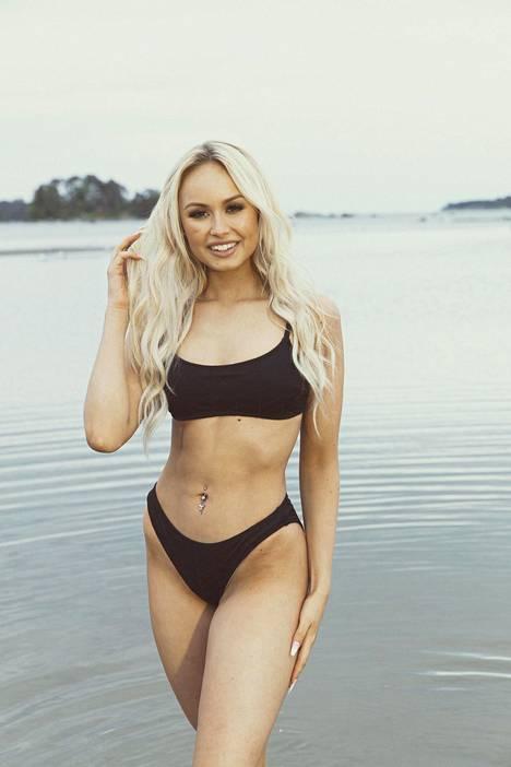 Inna Tähtinen uudistaa kesäisin bikinivalikoimaansa ja omistaa tällä hetkellä viidet bikinit.–Jo ihan hygieniankin takia ostan uudet bikinit kesäisin. Minulla on bikinit uimista varten sekä auringonottoon.
