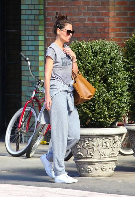 Näyttelijä Katie Holmes kokoharmaassa asussa. Tämä tyyli on varmasti meille jokaiselle tuttu!