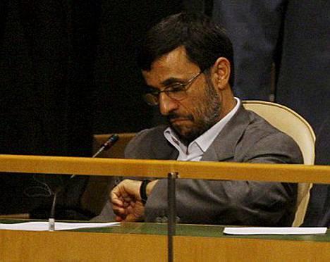 Mahmud Ahmadinejadia vilkuili kelloaan Bushin puhuessa.