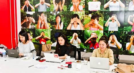 Leah, Yooji, Neyeon työskentelevät Liberty in North Korea –järjestön päämajassa, Long Beachissa. Link auttaa pohjoiskorealaisia pakolaisia länteen.