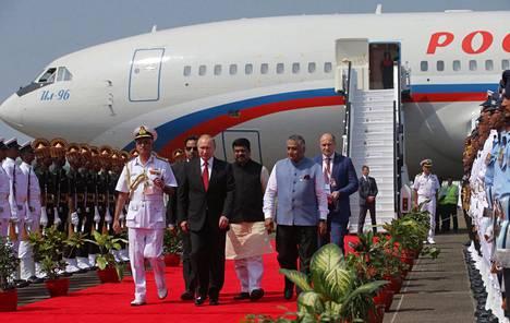 Putinia seurasi Intian matkalle noin 30 venäläismedian edustajat.
