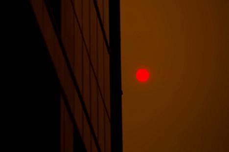 Aurinko näkyy paksun savukerroksen läpi.