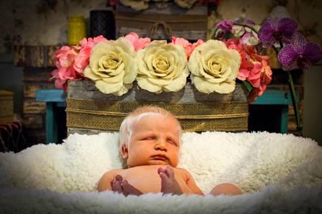 Devina-vauvan kuvia on epäilty käsitellyiksi.