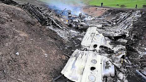 Yhdysvaltalaiset ja kirgisialaiset viranomaiset etsivät maastosta hajonneen koneen osia sekä sen mustaa laatikkoa.