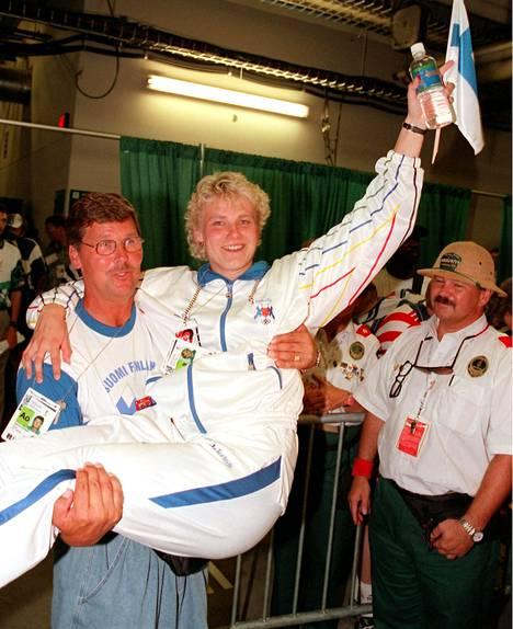 Kultainen muisto: Leo Pusa kaappasi Heli Rantasen syliinsä sen jälkeen kun Rantanen oli heittänyt kultaa Atlantan olympialaisissa 1996.