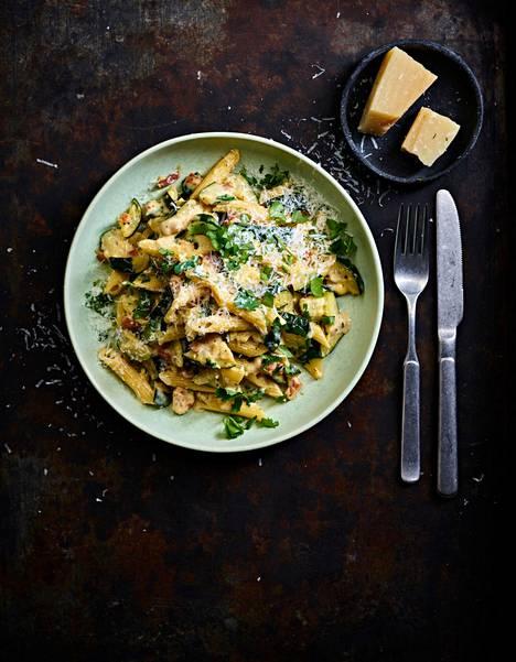 Kesäkurpitsan ja pastan liitosta syntyy ravitseva herkku.
