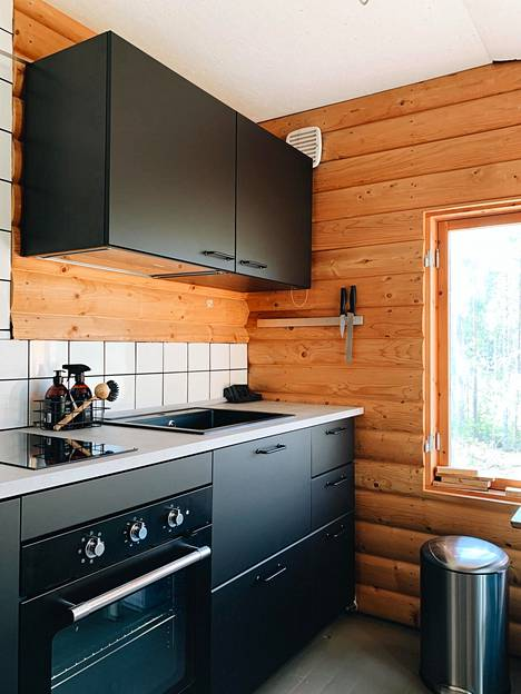 Keittiö on moderni, mutta se sopii 70-luvulta olevaan mökkiin.