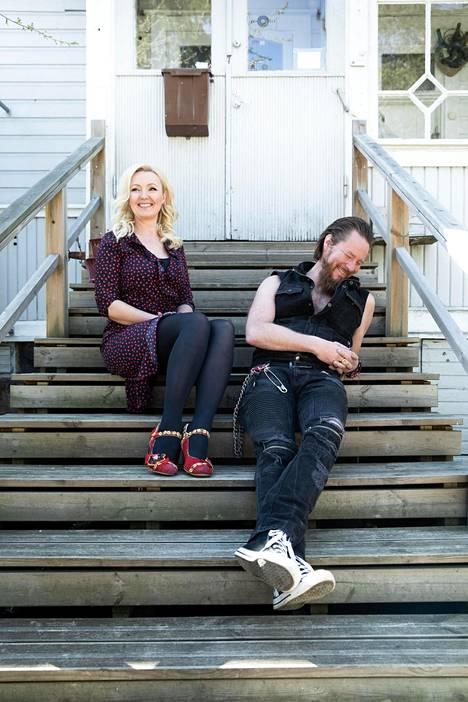 Jouni Hynynen ja Mari Perankoski osaavat nauraa itselleen. –Kyllä yhteinen huumorintaju on tosi tärkeää. Itse otan ihan kunnianosoituksena, jos joku tekee musta pilaa, Perankoski sanoo.