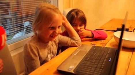 Lapset katsovat hauskoja kotivideoita.