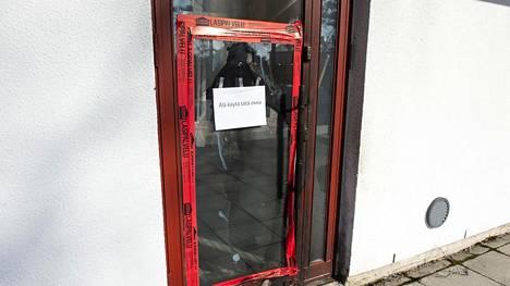 Tuiran kirkon ovi ja tuulikaappi kärsivät vahinkoja tulipalossa torstaiaamuna.