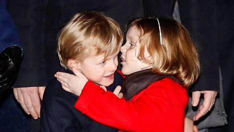 Prinsessa Gabriella ja prinssi Jacques kuiskuttelivat toisilleen yleisön keskellä.
