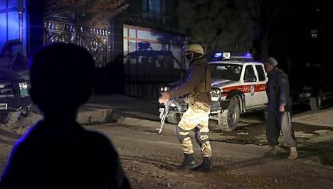 Turvallisuusjoukot eristivät itsemurhaiskun tapahtumapaikan Kabulissa perjantaina.