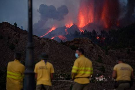 Palomiehet katselivat laavan etenemistä sunnuntaina La Palmalla.